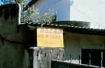 Not far away from the post office you are notified by offers of teaching sessions in yoga - as, Nr. 16 - Man skal ikke bevæge sig langt væk fra posthuset, før man bliver gjort opmærksom på, at der er undervisning i yoga - det første skridt på vej indenfor i hinduismen. (Foto: Kathmandu 1986)