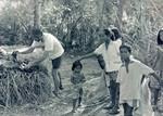Filippinerne. Udviklingsprojekt startet af Jens Christian Olesen: Tang indsamles på øen Hingotanan. Det skal bruges til kompost/gødning af jorden, januar 1993, The Philippines. A development project started by Jens Christian Olesen: Seaweed gathering on t