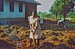 Nordveststiftet, Tanzania, 1984. Mange eftermiddage går med markarbejde på Ntoma Husholdningsskole. Her har eleverne fjernet ukrudt og revet det sammen, og de skal nu til at brænde det af, The North Western Diocese, Tanzania, 1984. Many afternoons are spent working in the fields at N