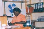 ELCT, Karagwe Diocese, Tanzania. Nyakahanga Hospital, November 2001. Jazintha is finishing the, ELCT, Karagwe Stift, Tanzania. Nyakahanga Hospital, november 2001. Fra hospitalets apotek, hvor Jazintha er ved at gøre dagens regnskab færdigt