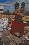 I storbyerne i Madagaskar lever titusinder af mennesker på samfundets bund. Mange må leve af de rester de finder på lossepladserne. Det er disse mennesker, som storbymissionen yder hjælp til gennem deres selvhjælpsprojekter. 1997, In large cities in Madagascar tens of thousands of people lives at the bottom of society. Many