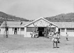 Medborgerhuset: Cross Community Centre i Kariyalur, Kalrayan Hills, Sydindien. Til venstre: Sundhedsklinik. I midten: Forsamlingssal, der anvendes til kirke om søndagen og kan rumme 250 mennesker. Til højre: Undervisningslokaler og kontor til socialrådgiver. Centret blev indviet 17. september 1979, The Cross Community Centre at Kariyalur, Kalrayan Hills, South India. To the left: The health c