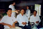 Scener og mennesker fra landsbyen Preah S'Dach, 2001. De nye ledere i Preah S'Dach. Forrest fra venstre: Chandara, Choeun, Samouen. Bagest står: Bodil Lindgaard og Touch, Scenes and people from the village, Preah S'Dach, 2001. The new leaders in Preah S'Dach. In the