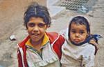 Diakoni i Cario 1992. Den ortodokse kirkes skole i en af Cairos skraldebyer En elev har taget sin lillesøster med. Det er kun muligt på grund af kirkens specielle skolesystem, hvor der skal være plads til alle, Diakonia in Cario 1992. Eastern Orthodox Church school in one of Cairo's garbagecities. One pup