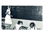 1. grade is learning about letters at a girls school in Aden, Arabia. Photo used 1965, 1. klasse lærer bogstaver på DMS' pigeskole i Aden, Arabien. Foto anvendt 1965