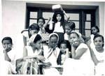 Pigerne venter på at skolen skal åbne op.Pigeskole i Aden, Arabien. Foto anvendt 1969, The girls is waiting for the school to open. Girls school in Aden, Arabia. Photo used 1960