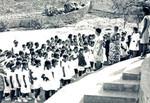 Lærerinderne modtager deres klasse. Den nye skolebygning skal ligge, hvor muren i baggrunden nu er. 1971, The teachers are greeting their class. The new school building will be placed where the wall in