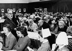 Landsstævnet 18. - 19. marts 1972 i Juniorhallen, Holstebro. Bogholder Hans Larsen, Holstebro, synger for til