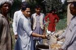 Pakistan, NWFP. Middagsmaden gøres klar til servering. Menuen er Pilau (en lokal ret med ris og krydderier), Pakistan, NWFP. Preparation of dinner. The menu is Pilau (a local dish with rice and spices)
