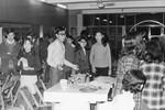 Det Lutherske Studentercenter, Taipei, Taiwan, december 1971. Jule-sammenkomst på centret, for beboere fra de kvindelige og mandlige kollegier. Andrew Yang inviterer til bords. Der skal spises Subiaki (Hot-Pot), The Lutheran Student Centre, Taipei, Taiwan, December 1971. Christmas Party at the centre, for