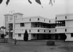 West Bengal, Nordindien. Narainpur Pigekostskole, grundlagt i 1924 af missionær Signe Kampp. Fra 1951 blev missionær Ellen Laursen leder, og det blev hende, der kom til at udbygge og præge skolen, som 1960 også fik gymnasium. Skolen havde i en årrække 6-700 elever. Ellen Laursen fik bl.a. opført nye skolebygninger og boliger til elever/ansatte. Og hun tog initiativ til opførelse af en ny kirke, der blev indviet i 1971. Skolen blev Ellen Laursens livsværk, som hun fulgte helt frem til sin død i 1982, West Bengal, North India. Narainpur Girl's Boarding School, founded in 1924 by Missionary Signe