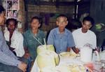 Scener og mennesker fra landsbyen Preah S'Dach. Landsbymøde om spareprogram, maj 2001, Scenes and people from the village, Preah S'Dach. Village meeting about saving programs, May 20