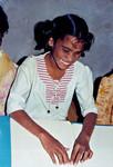 Tamil Nadu, South India. Siloam Girl's Boarding School, Tirukoilur. A blind student learning to, Tamil Nadu, Sydindien. Siloam Pigekostskole, Tirukoilur. En blind elev lærer at læse engelsk. December 2000