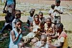 Nordveststiftet, Tanzania, 1984. Elever på Ntoma Husholdningsskole forbereder en fest, hvor de skal opføre et rollespil. Her er de ved at lave dragter af bananpalmeblade, The North Western Diocese, Tanzania, 1984. Students at Ntoma Home Craft School are making costu