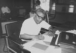Nordindien. Moderator/1. biskop i NELC, pastor Sagenen Kisku på sit kontor i Dumka, februar 1988, North India. The Moderator/1st Bishop of NELC, Sagenen Kisku, at his office in Dumka, February