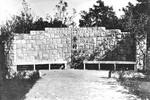 Memorial plaque at the school (in Dandong?) to missionary Vyff. The memorial plaque is set by h, Mindetavle på skolen (i Dandong?) for missionær Vyff. Mindetavlen er sat af hans elever, teksten lyder: