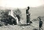 Fra tørkekatastrofen i Wollo, Etiopien, juli 1973. Familier i de ramte områder har mistet alt! (1972-74: Omkring 200.000 mennesker dør af sult i den midterste og nordlige del af Etiopien. 1984-85: Hungersnød koster over en million mennesker livet i Etiopien), From the drought disaster at Wollo, Ethiopia, July 1973. For families of the affected areas, no