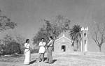 Nordindien, West Bengal. Den tidligere kirke i Narainpur med lærer Neela Das (tv), North India, West Bengal. The former church at Narainpur, with teacher Neela Das (left)